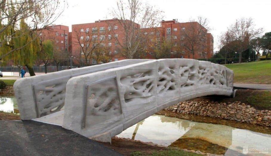 巴塞隆拿第一座3D打印的行人天橋