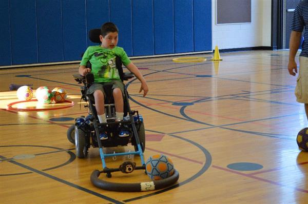 體操老師為殘疾學童籌款3D打印輪椅上的遊戲設施
